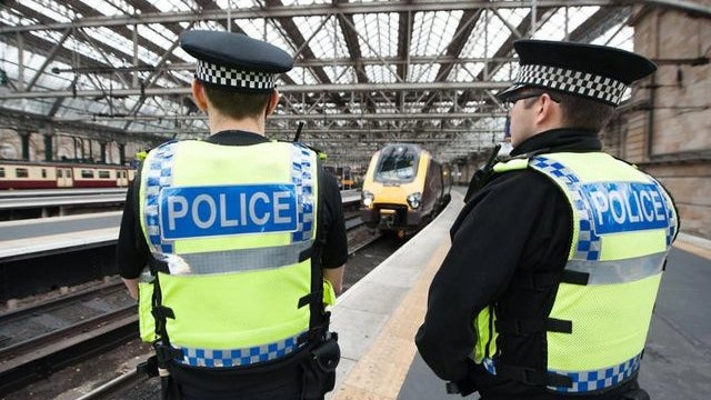 Koronavirusas JK: moteris gavo £660 baudą, nes atsisakė policijai nurodyti kelionės tikslą