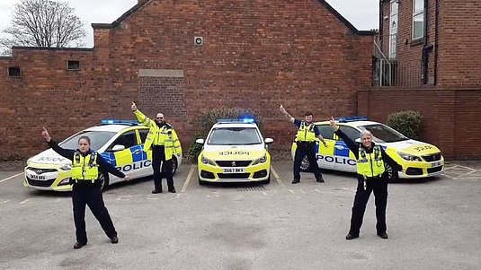 JK policininkai sugalvojo originalų būdą paskatinti žmones likti namuose per karantiną [VIDEO]