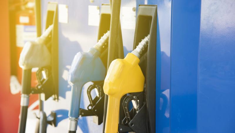 Koronavirusas JK: kodėl benzino kaina artėja prie £1?