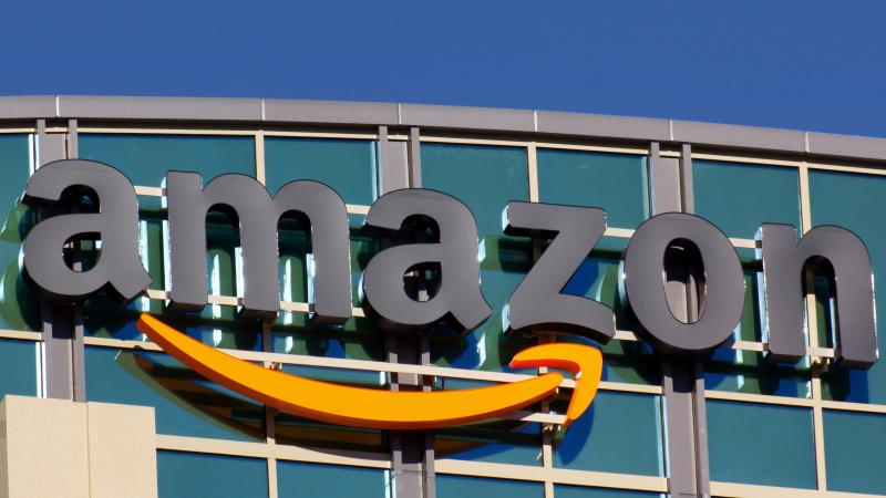 """""""Amazon"""" sandėlių darbuotojams JK didina atlyginimus, sukūrė 5 tūkst. naujų darbo vietų"""