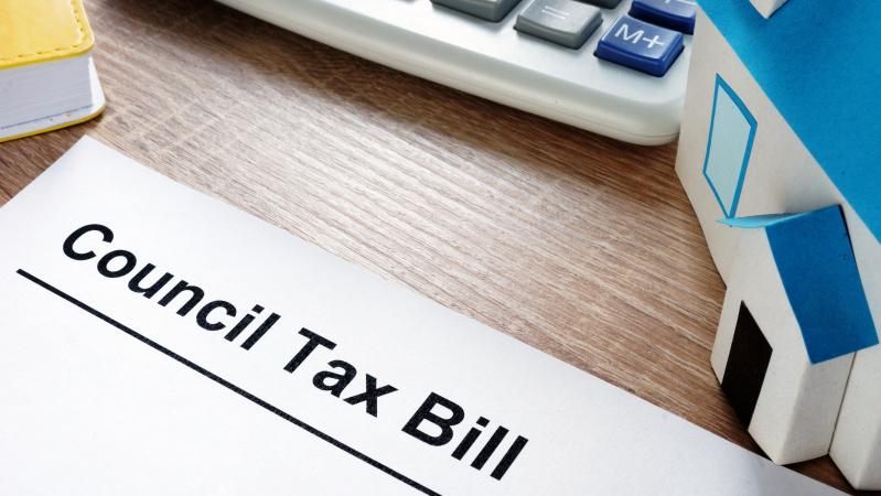"""Dėl koronaviruso JK gyventojams gali tekti mokėti didesnį """"council tax'ą"""", prastės paslaugos"""