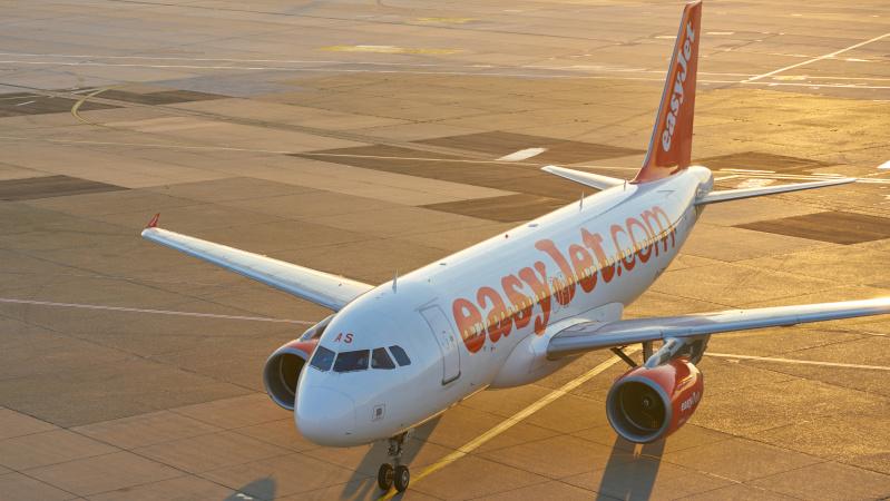 """""""easyJet"""" ketina atnaujinti dalį skrydžių, galios griežtas reikalavimas dėl kaukių"""