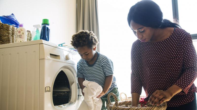 Tyrimas: per karantiną JK mamos daugiausia prižiūri vaikus ir rūpinasi buitimi