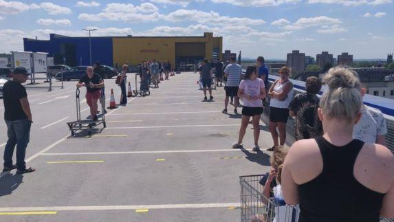 IKEA JK atidarė 19 parduotuvių, žmonės kelias valandas stovi eilėse