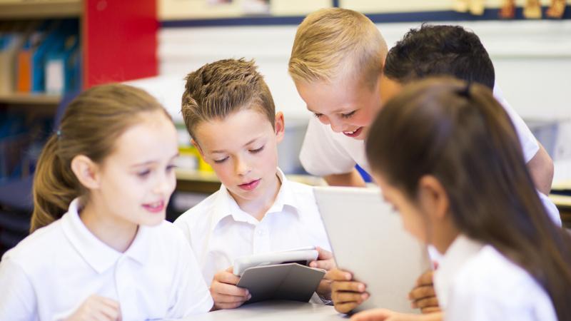 Anglijoje ketinama atsisakyti planų į mokyklas sugrąžinti pradinukus