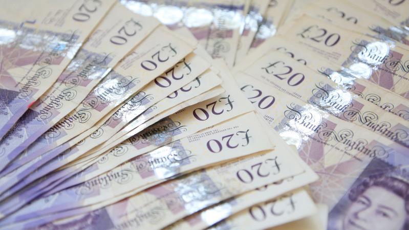 Centrinis bankas į JK ekonomiką įpumpuos £100 mlrd., kad padėtų jai atsigauti