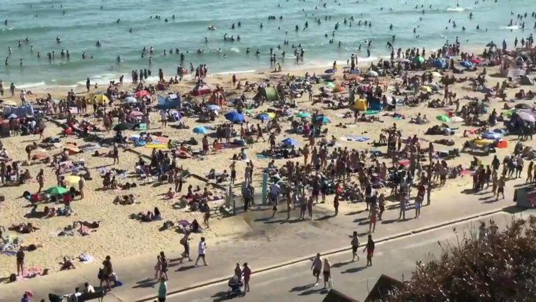 """""""Pasibaisėjęs"""" vaizdais paplūdimiuose Anglijos kurortas paskelbė """"rimtą padėtį"""""""