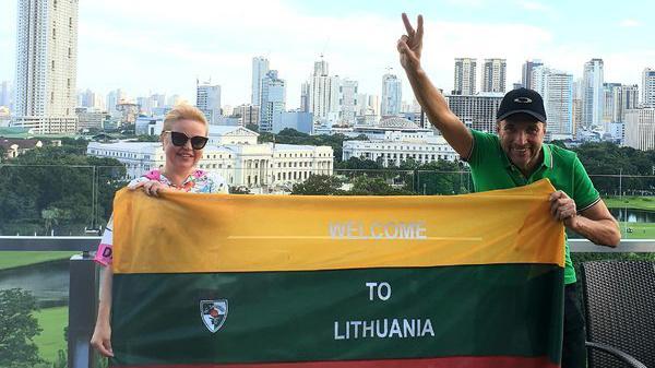 Lietuvių pora trispalvę įamžino prie 64 pasaulio valstybių įžymybių