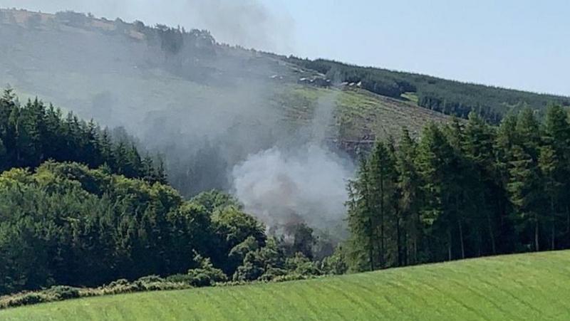 Škotijoje nuo bėgių nuvažiavo traukinys, skelbiama apie sužeistuosius ir variklio gaisrą