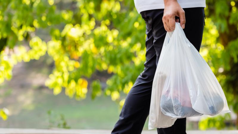 Anglijoje kitąmet dvigubės plastikinio maišelio parduotuvėje kaina
