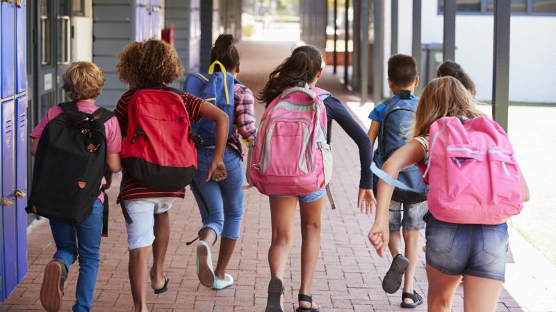 Vaikai turi eiti į mokyklą, kol jų grupėje nėra teigiamo koronaviruso atvejo, sako JK premjeras