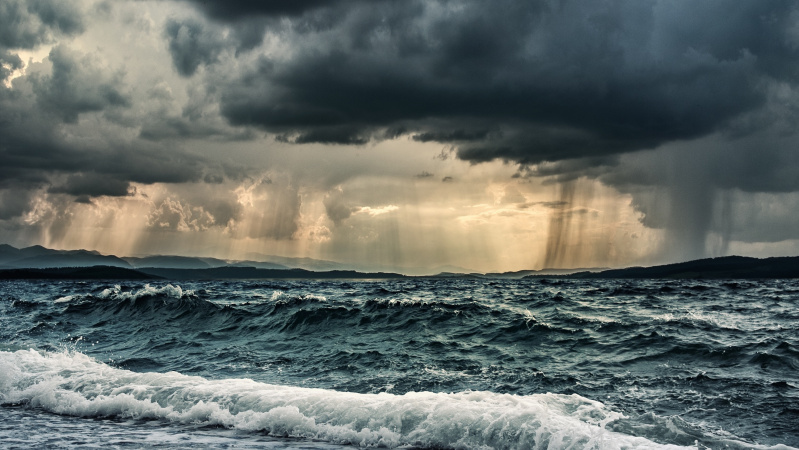 JK siaučia audra Alex, atnešusį gausų lietų ir gūsingą vėją