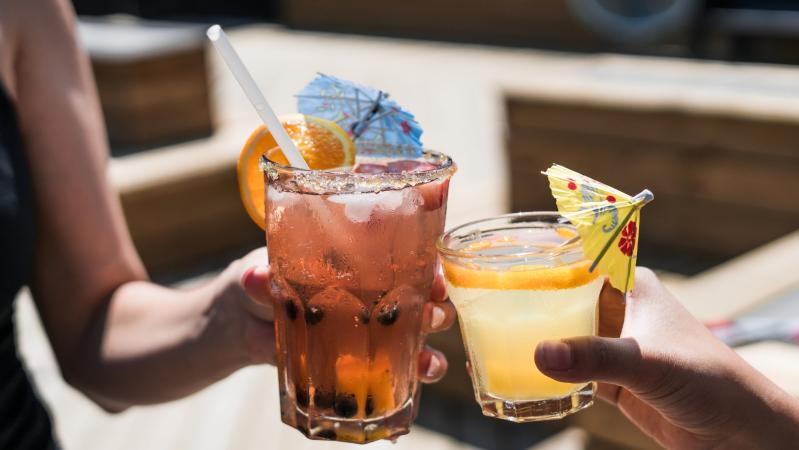 Pasibaigus karantinui UK svarstoma trumpinti alkoholio pardavimo laiką