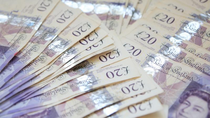 Dėl koronaviruso JK ketinama įšaldyti viešojo sektoriaus darbuotojų atlyginimų augimą