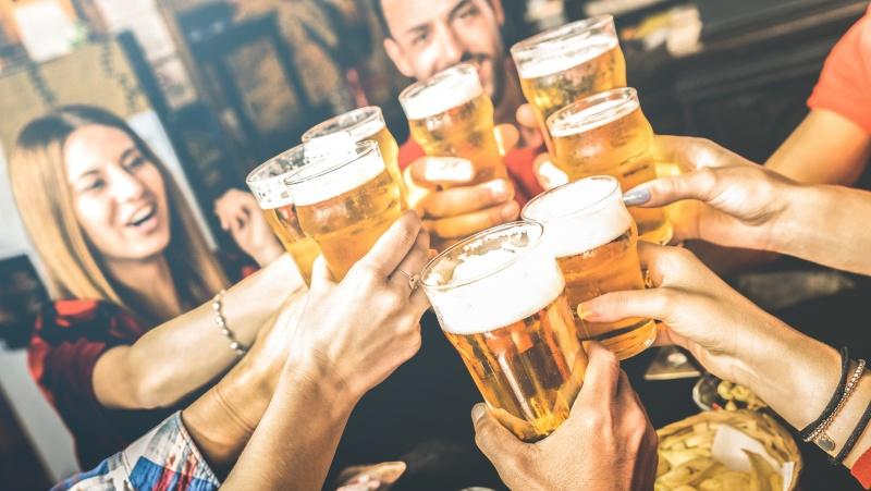Koronavirusas JK: nuo penktadienio Velso aludėse ir restoranuose – alkoholio draudimas