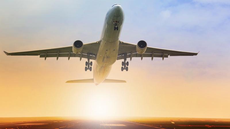 Daugiau nei pusė JK gyventojų pasisako už tai, kad nuo koronoviruso nepasiskiepijusiems būtų draudžiama skristi