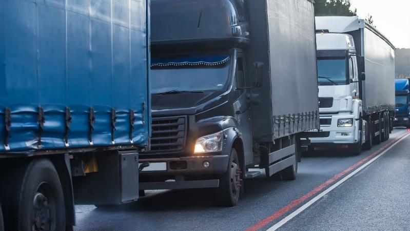 JK pasienyje įstrigę sunkvežimių vairuotojai susirėmė su policija