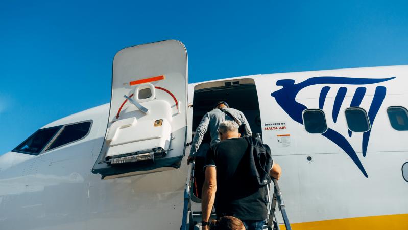 """""""Ryanair"""" staigmena – gavę leidimą iš JK grįžti į Lietuvą nebuvo įleisti į lėktuvą"""