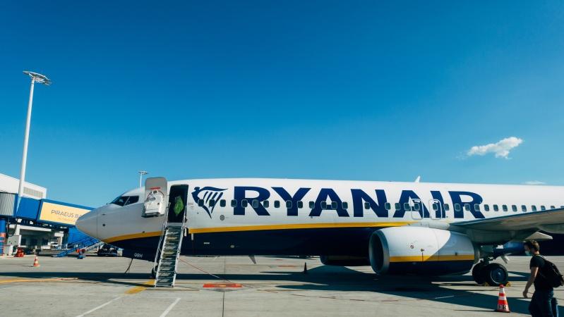 """""""Ryanair"""" nebesitaiksto su reikalavimais ir atšaukia skrydžius iš/į JK"""