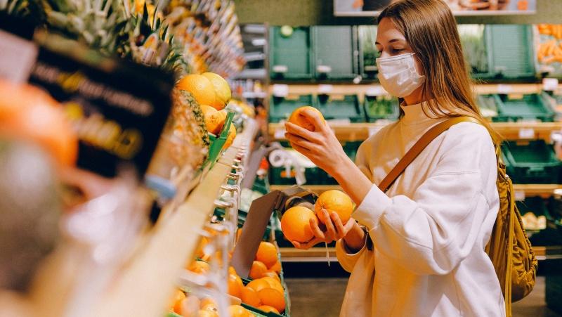 Prekybos centrai ieško būdų, kaip priversti klientus nečiupinėti prekių