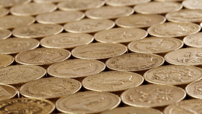 Vienas JK bankas didina mokesčius