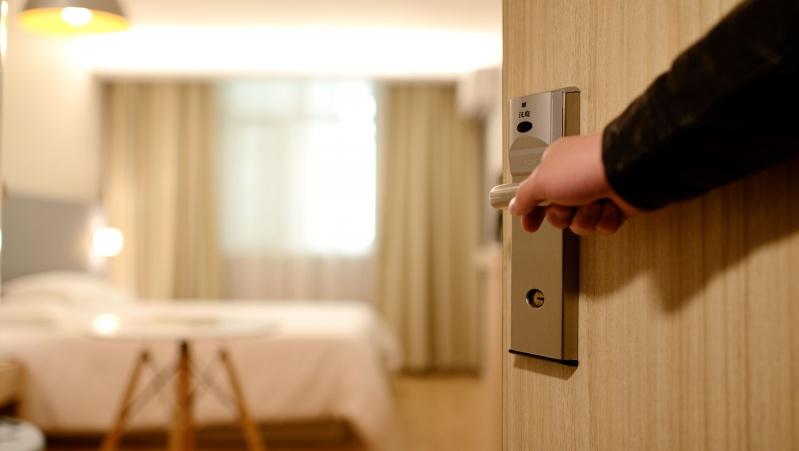 Pagaliau susitarė: grįžusiems į JK privaloma izoliacija viešbučiuose nuo vasario 15