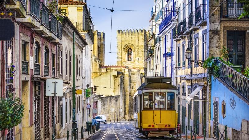 Portugalija nuo gegužės įsileis nuo koronaviruso pasiskiepusius ar neigiamą testą turinčius JK gyventojus
