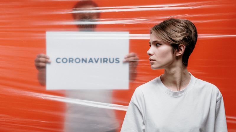 Tyrimas: maža dalis, jaučiančių COVID simptomus JK laikėsi saviizoliacijos