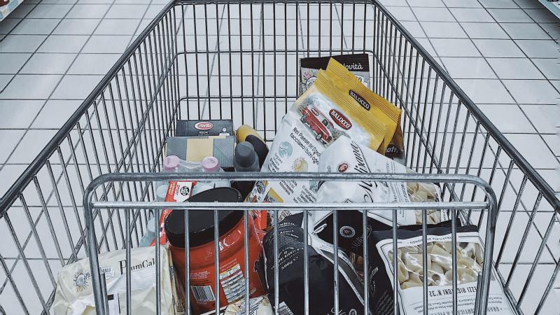 Populiarus JK prekybos centras prekiavo pasenusiais maisto produktais – skirta bauda