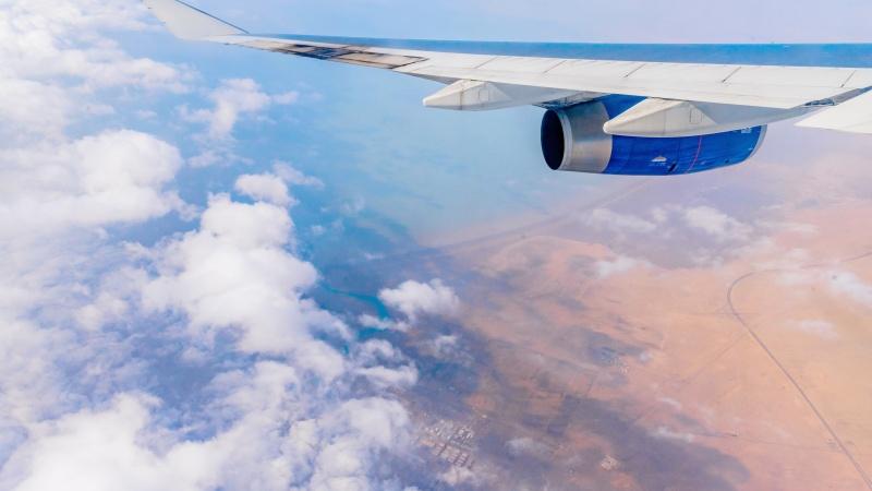Tūkstančiai JK gyventojų kraunasi lagaminus atostogoms į užsienį