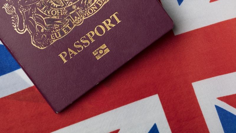 Rezidento statuso siekusiam JK lietuviui teko skristi į Lietuvą darytis paso dėl sistemos klaidos