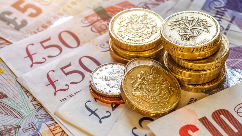 Mokėjimai grynaisiais JK pernai smuko 35 proc., kas ketvirtas atsiskaitymas – bekontaktis