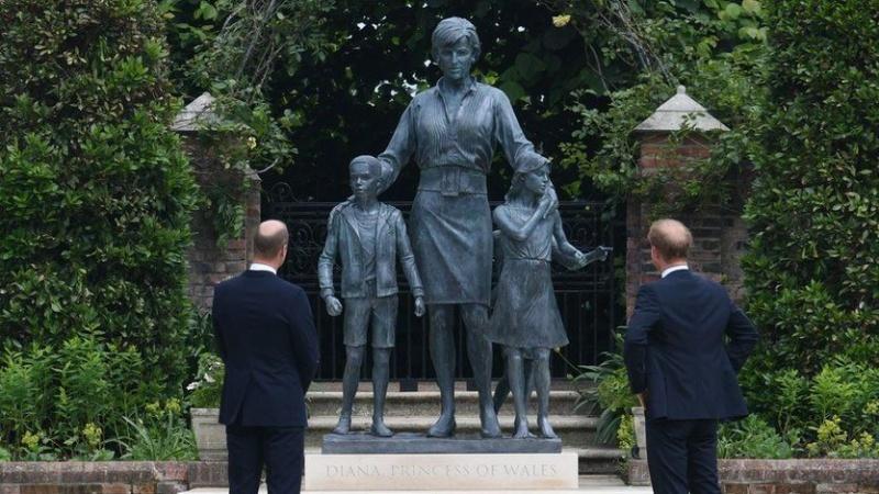 Princai Williamas ir Harry Londone atidengė princesei Diana skirtą statulą