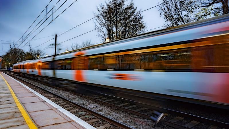 Nerimą kelianti mada – asmenukės ant geležinkelio bėgių