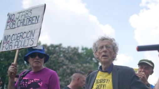 Karantino pabaigos proga antivakseriai išsiruošė į protestą prie JK parlamento rūmų