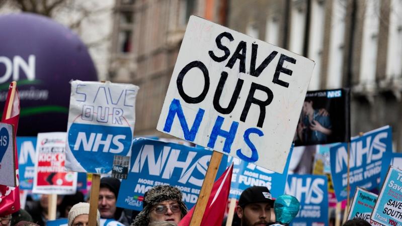 NHS medikai laukė pranešimo apie atlyginimų kėlimą, tačiau ... nesulaukė