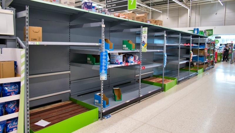 Pasirodžius tuščių lentynų nuotraukoms, JK gyventojai raginami nepulti pirkti maisto