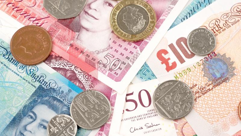 Tyrimas: lesbietės JK uždirba daugiau už heteroseksualias moterys, tačiau gėjams ir biseksualams mokama mažiau