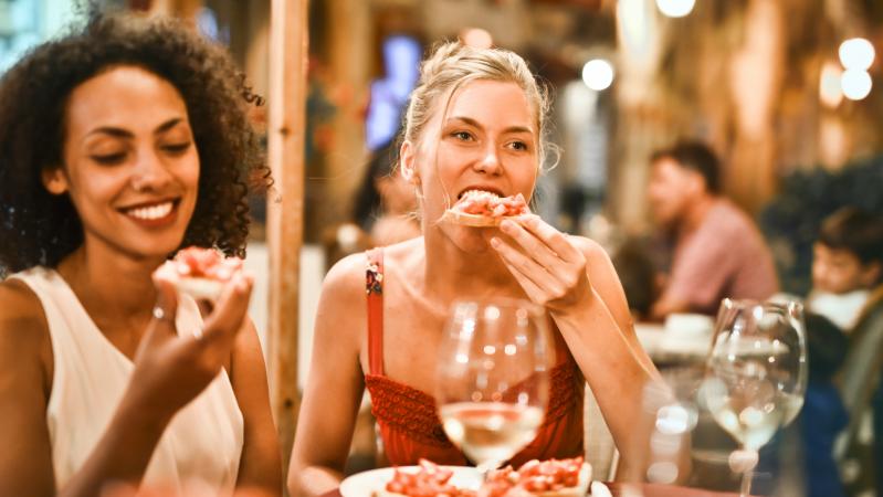 Covid pasekmės: JK kavinėse, baruose ir restoranuose ženkliai kils kainos