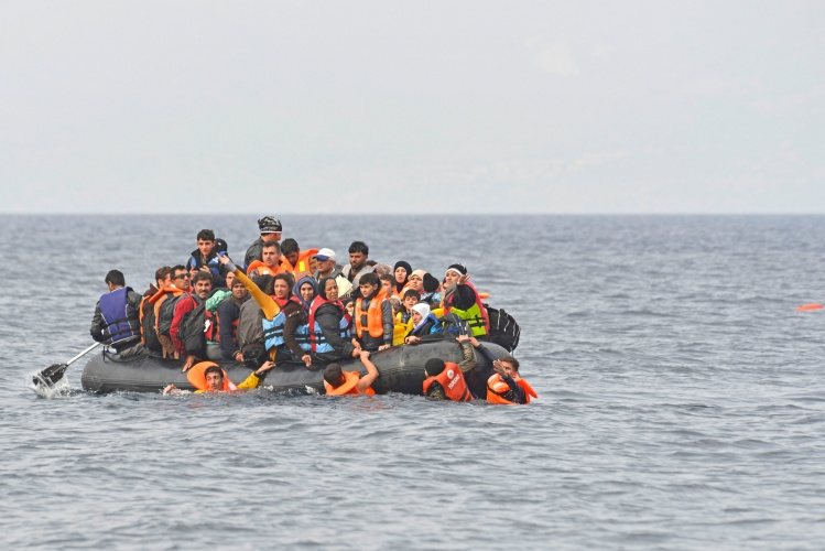 Į JK neįleistos nelegalių migrantų valtys – grąžintos atgal į jūrą
