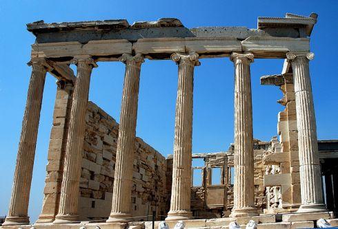"""Graikijoje """"svieto lygintojai"""" apiplėšė prekybos centrą ir išdalino maistą vargšams"""