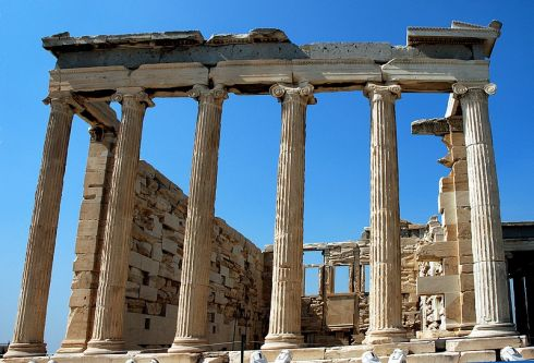 Graikijoje surengta padegamųjų bombų atakų serija prieš bankus ir automobilius