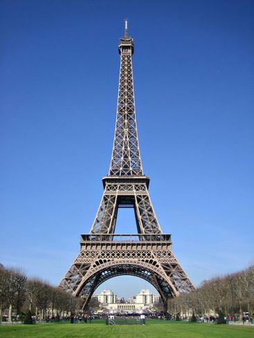 Po grasinimo dėl bombos iš Eifelio bokšto evakuoti žmonės